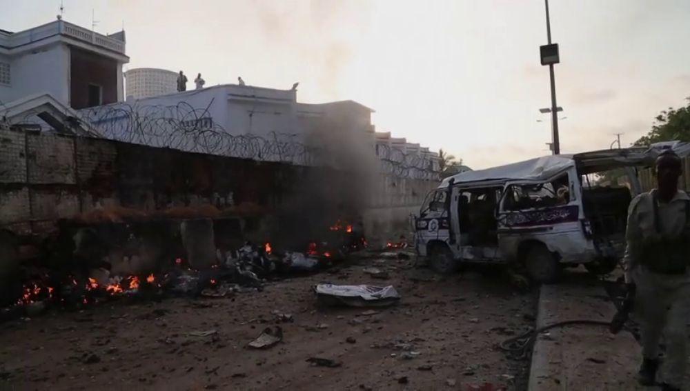 Explotan tres coches bomba en dos hoteles cercanos a Mogadiscio causando al menos 13 muertos