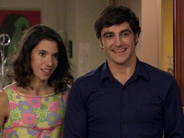 Carolina y Álvaro ayudan económicamente a John para llegar a Francia
