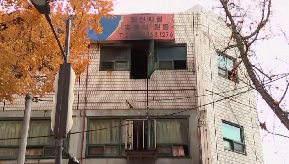 Al menos 7 muertos y 11 heridos en un incendio en un hostal de Seúl