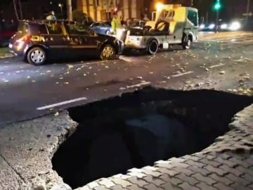 Un coche se hunde en la calle más concurrida de Zamora por un socavón
