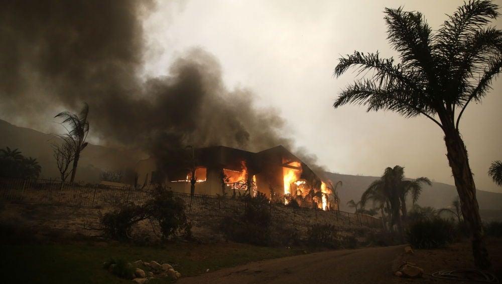 Una casa se incendia en Malibu, California, EE. UU