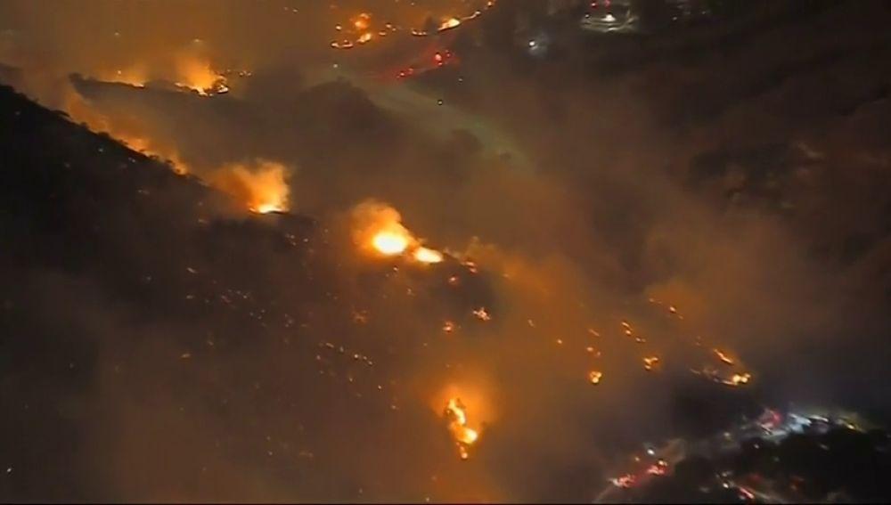 Al menos 9 muertos y 35 desaparecidos en los incendios más destructivos de la historia de California