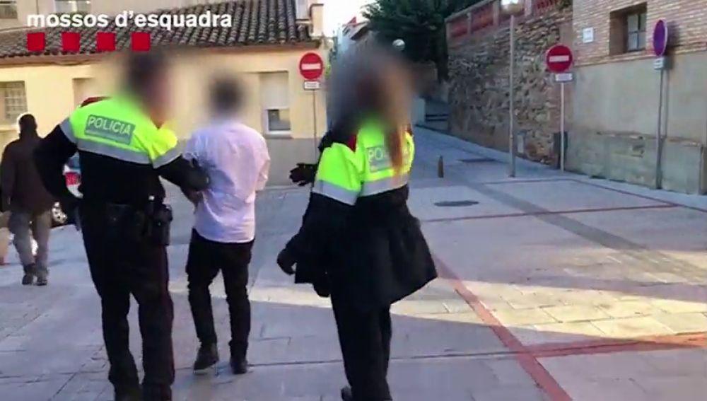 Los Mossos detienen a un estafador que consiguió 50.000 euros pidiendo microcréditos con datos de sus víctimas