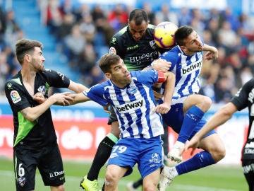 Manu García y Calleri saltan a por un balón