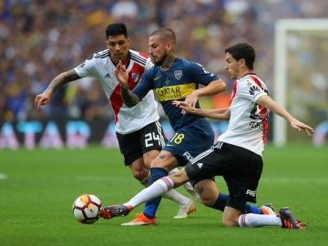 Dario Benedetto trata de regatear a Ignacio Fernandez y Enzo Perez
