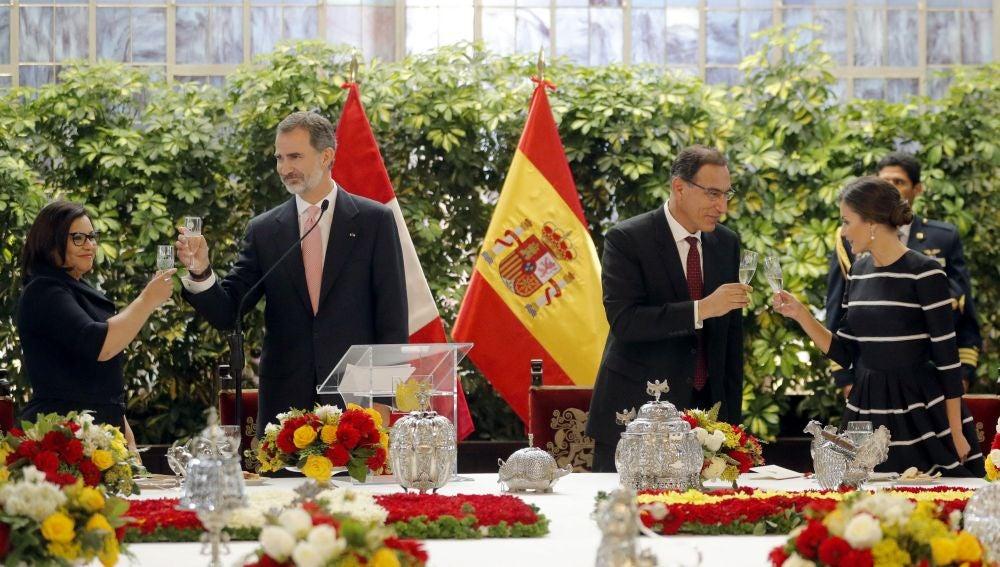 El rey Felipe VI, y la reina Letizia brindan con el presidente de la República de Perú, Martín Alberto Vizcarra y su esposa