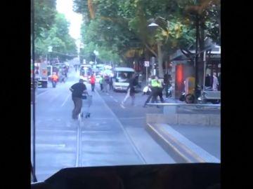 Un indigente recibe 83.000 euros como agradecimiento por defender a la policía en Melbourne