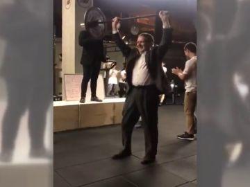 El nuevo reto de Abel Caballero: levantamiento de pesas en la inaguración de un gimnasio