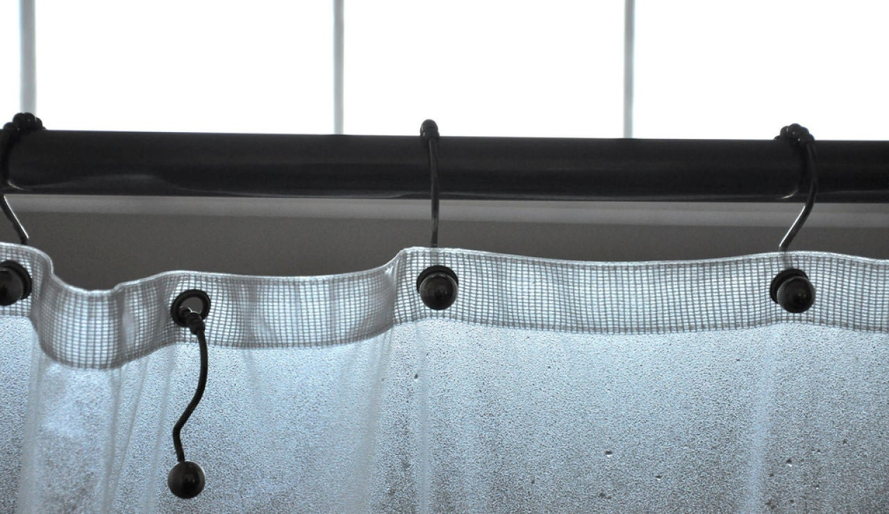 Cambiar las cortinas de la ducha de vez en cuando previene la aparición de moho