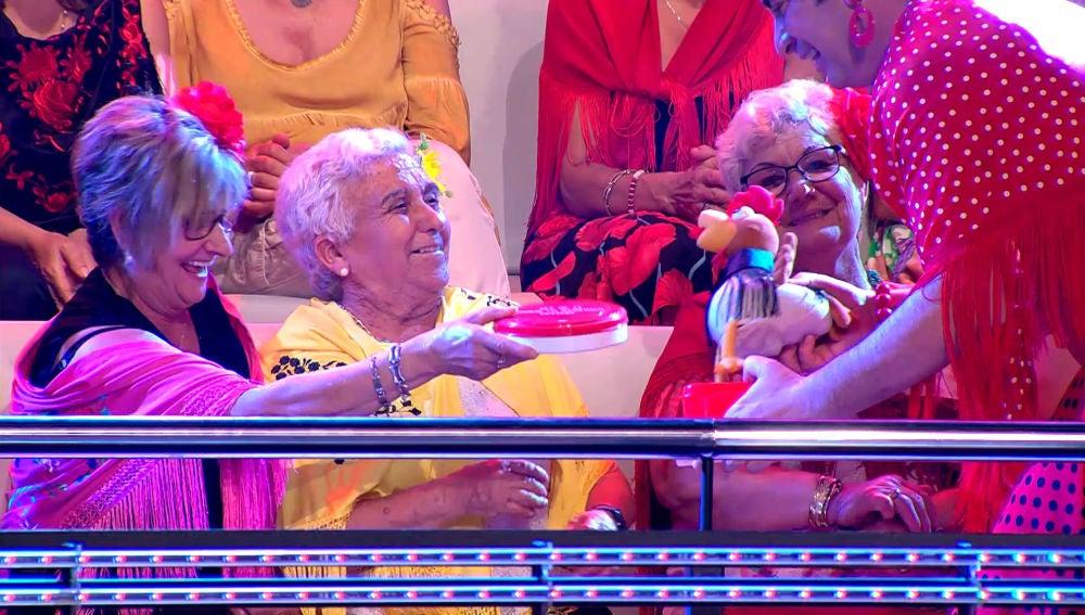 VÍDEO: Arturo Valls, sorprendido con los tuppers de 'papas aliñás', tortilla y fiambre para El Rocío del público de '¡Ahora Caigo!'