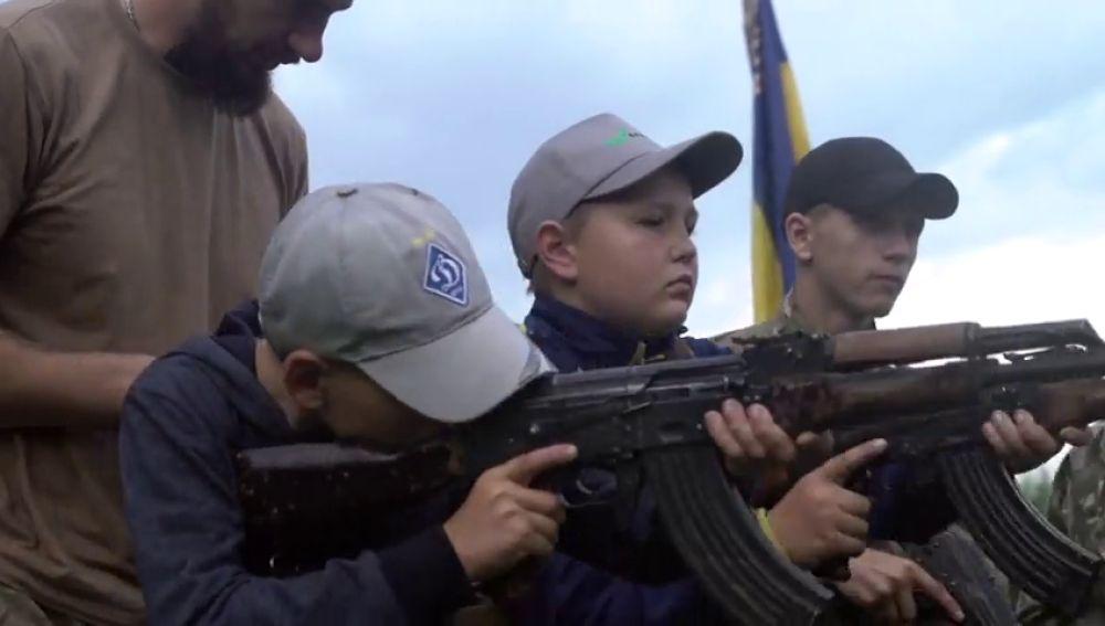 Entrenan a niños para matar en campamentos de verano en Ucrania
