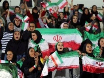Mujeres iraníes en un campo de fútbol