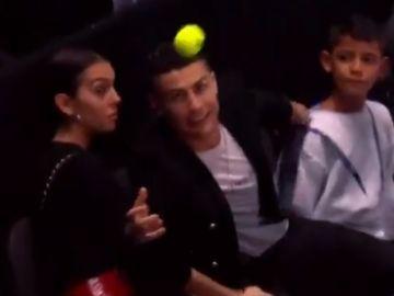 Cristiano intenta 'cazar' una bola en la Copa Masters
