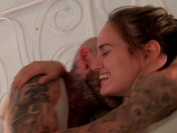 Lara y Javi hacen una promesa y la sellan con un beso