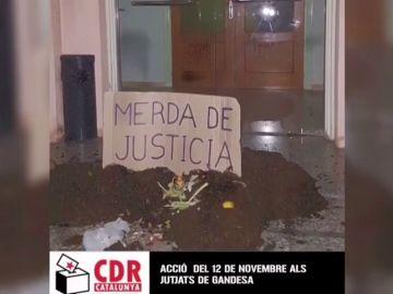Los CDR vuelcan estiércol ante tres juzgados de Girona