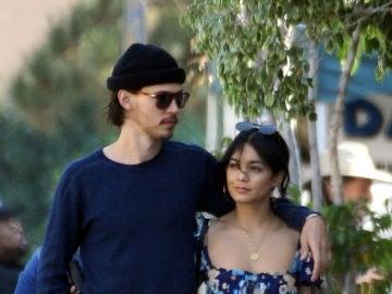 Vanessa Hudgens y Austin Butler dan un romántico paseo