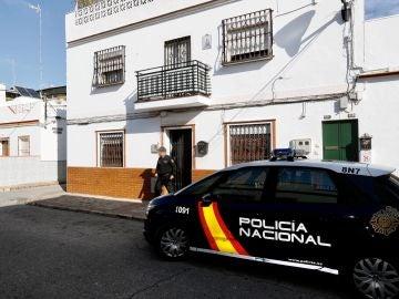 Un agente de la Policía Nacional sale de la vivienda donde se ha producido el asesinato