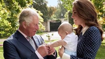 El príncipe Carlos coge de la manita a su nieto Louis