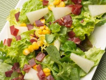 Deliciosa ensalada de melón, jamón y maíz