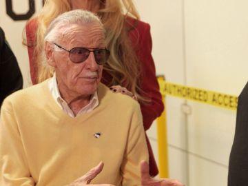 Stan Lee valora la autenticidad de una tira cómica suya en 'La casa de los empeños'