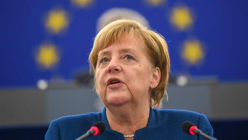 La canciller alemana, Angela Merkel, ofrece un discurso en el Parlamento Europeo en Estrasburgo