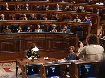 Dolors Montserrat se dirige a Carmen Calvo