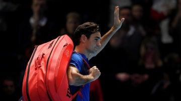 Roger Federer se despide de los aficionados tras un partido