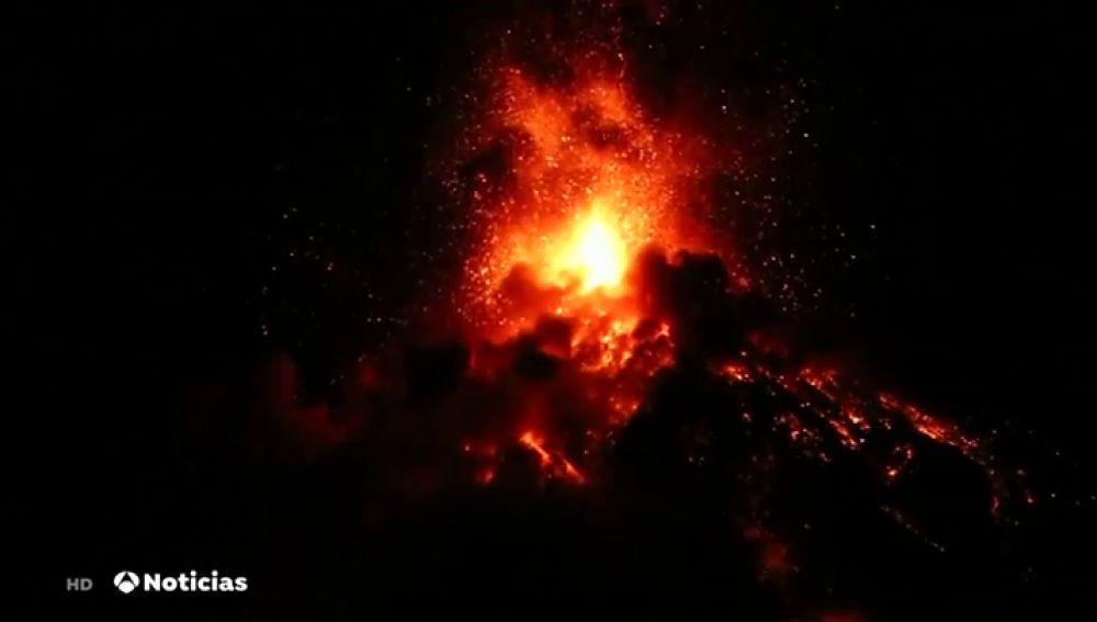 Evacuan a casi 4.000 personas por la erupción del Volcán de Fuego en Guatemala
