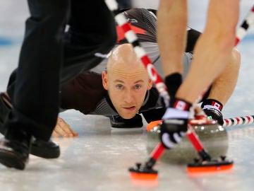 Ryan Fry, en acción en una competición de curling