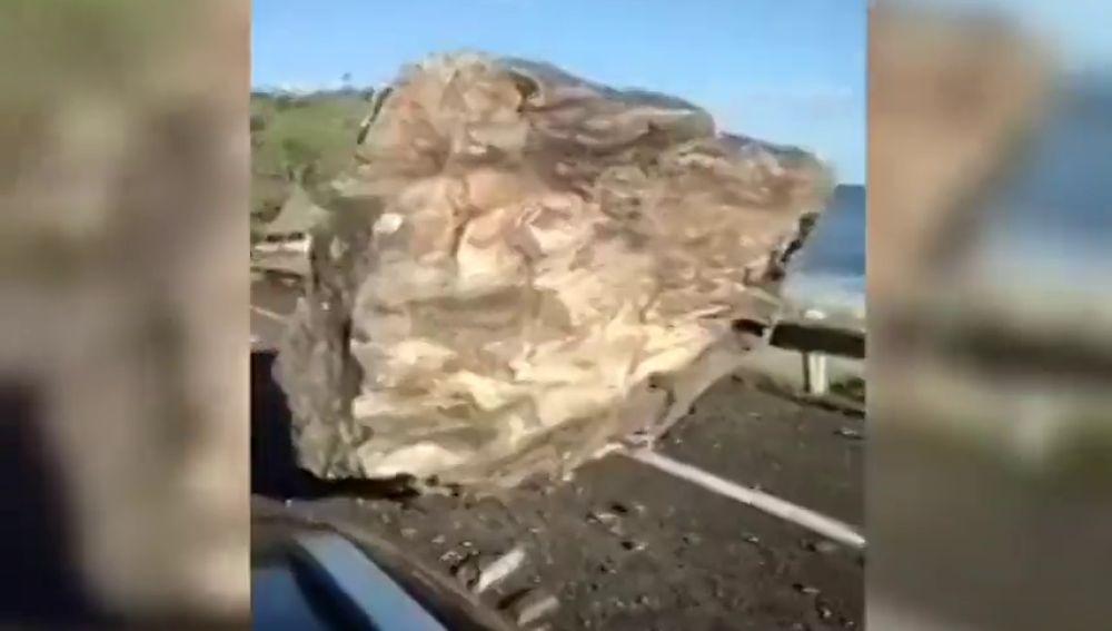 El desprendimiento de una gran roca obliga a cortar el tráfico entre Torrox Costa y Nerja