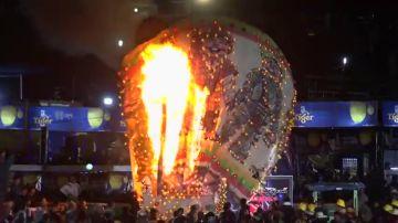 Un globo aerostático lleno de fuegos artificiales explota encima de una multitud en Birmania