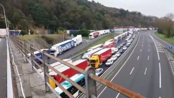 Más de diez kilómetros de retenciones en la AP-8  en Irún por el cierre de la frontera a vehículos pesados