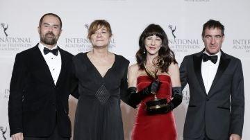 David Ito, Sonia Martínez, Esther Martínez Lobato y Álex Pina recogen el Emmy Internacional