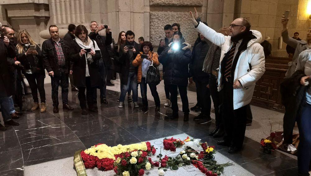 Personas visitan la tumba de Franco en el 20-N