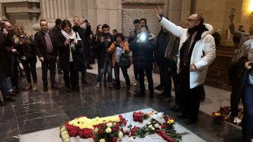 Centenares de personas visitan la tumba de Franco en el 20-N