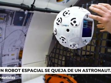 Discusión entre un astronauta y el nuevo robot de la Estación Espacial Internacional