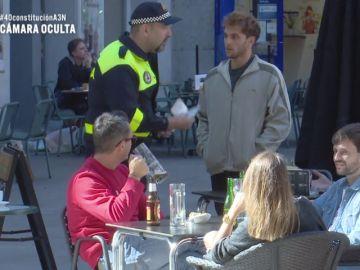 """¿Cómo reaccionarías si un policía acusa a una pareja homosexual de """"conducta indecorosa"""" por cogerse de la mano?"""