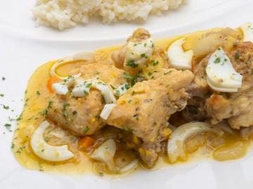 Pollo guisado con arroz blanco.
