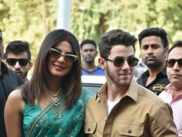 Primera aparición de Priyanka Chopra y Nick Jonas como marido y mujer
