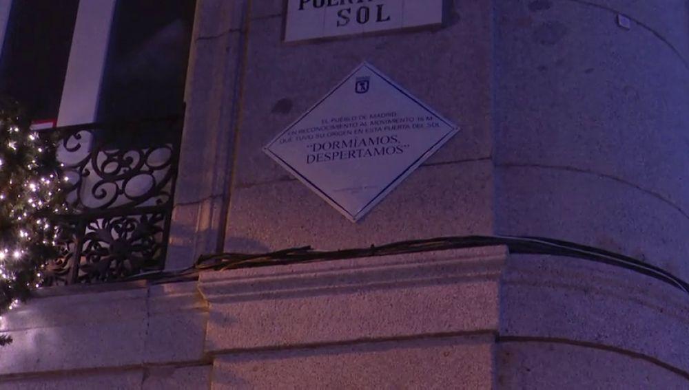 Ya luce en la madrileña Puerta del Sol la placa que homenajea el 15M: 'Dormíamos, despertamos'