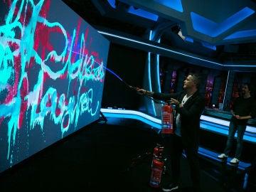VÍDEO - EL HORMIGUERO 3.0: Alejandro Sanz saca su vena artística en un increíble 'grafiti quimioluminiscente'