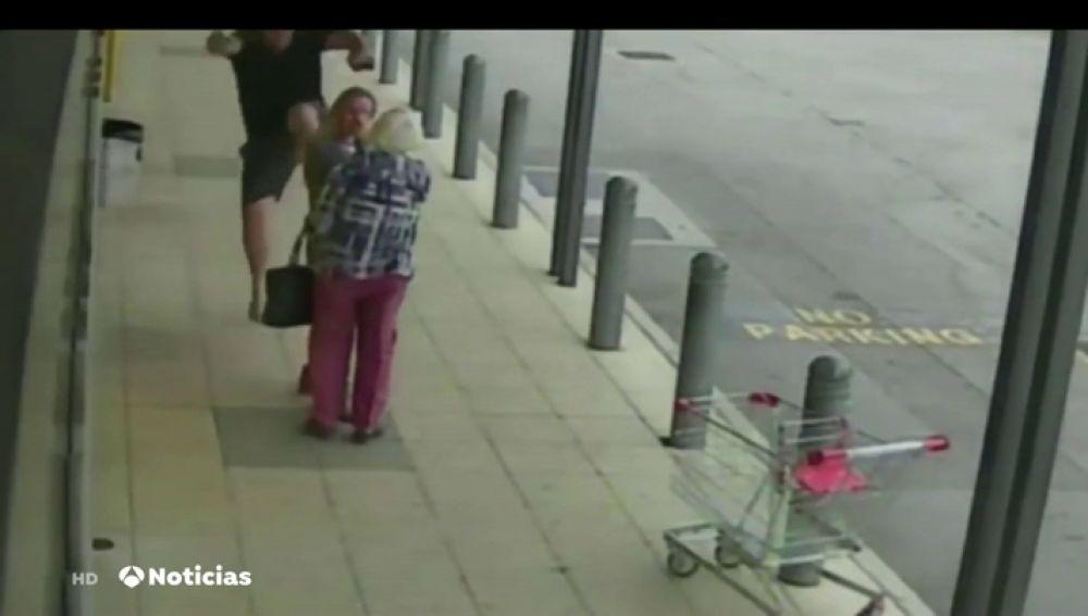 Un hombre pega un puñetazo y una patada a una chica que pasea con su abuela por la calle