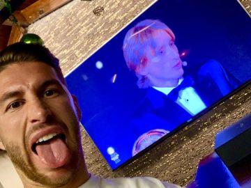 Sergio Ramos felicita a Luka Modric por el Balón de Oro