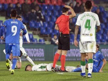 Jaime Romero, tendido en el césped tras un brutal golpe