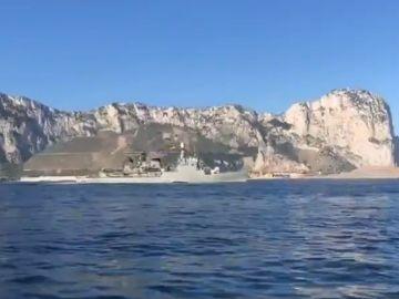 Fragata con el himno de España al pasar ante Gibraltar
