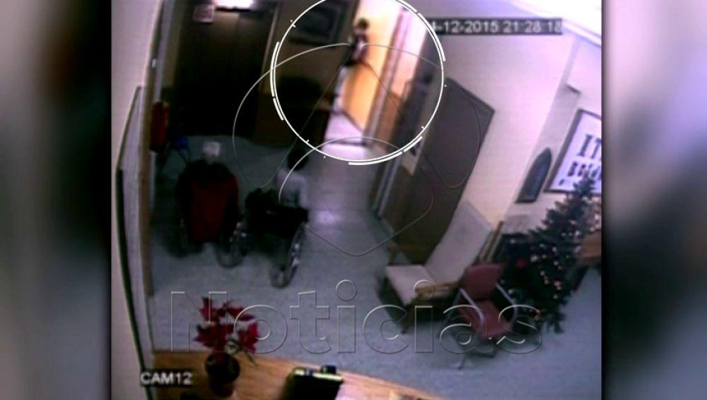 Imágenes en exclusiva de los gestos obscenos del celador acusado de violar a cinco ancianas en un geriátrico de Barcelona