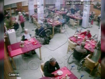 Las cámaras de seguridad de la residencia demuestran el trato vejatorio del celador a las ancianas
