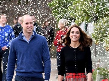 Los Duques de Cambridge acuden a una fiesta navideña en el Palacio de Kensington
