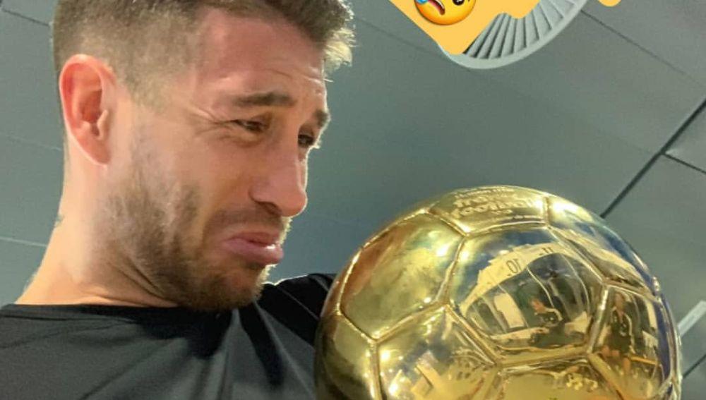 Sergio Ramos, con el Balón de Oro de Modric
