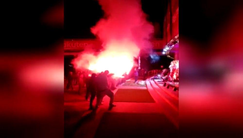 Los Boixos Nois rinden homenaje a Josep Lluís Núñez en su memorial en el Camp Nou